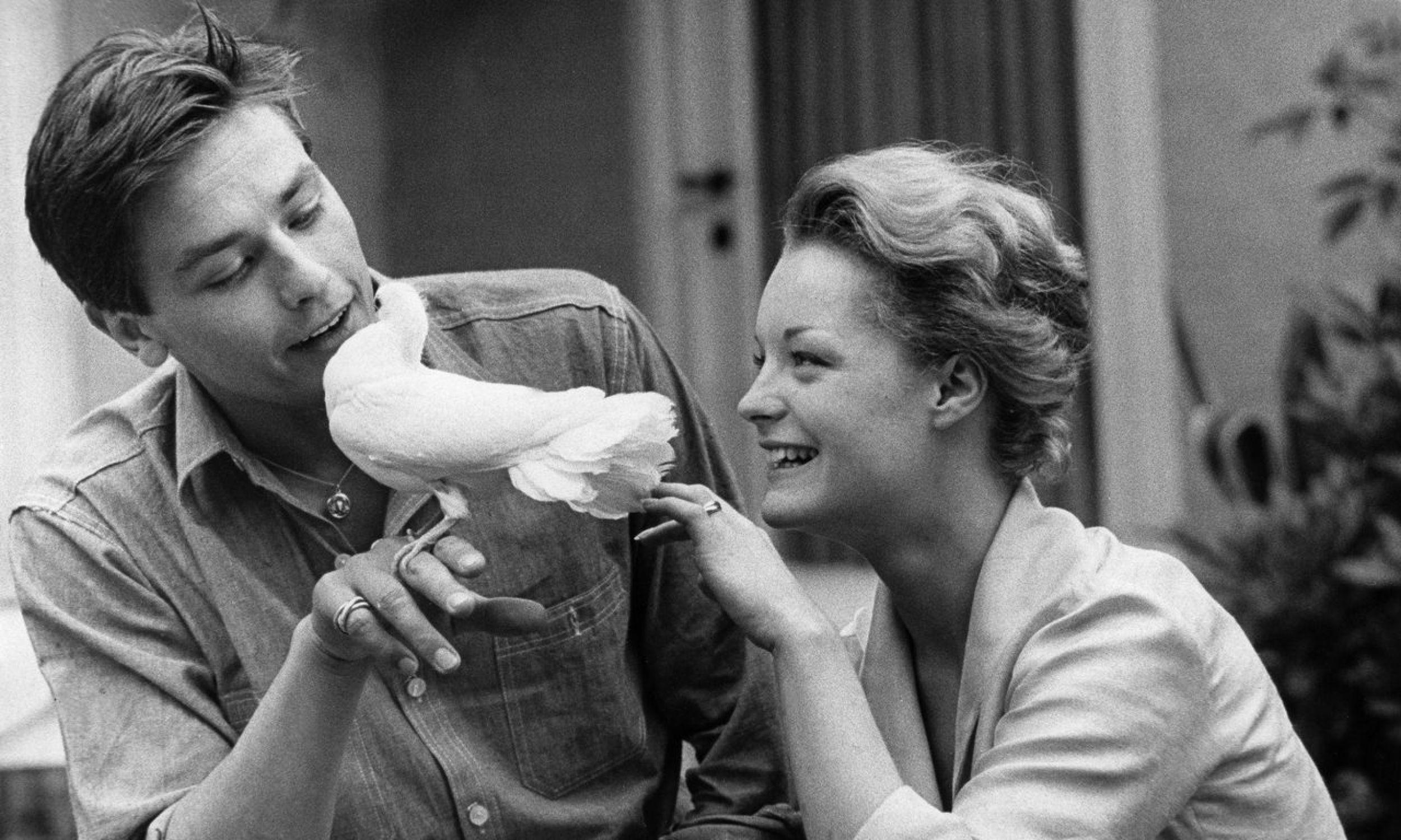 Alain Delon nigdy nie był rodzinny. Nie umiał budować związków. W wywiadach ubolewał, że przegapił dwie największe miłości swego życia i nie poślubił ani Romy Schneider, ani Mireille Darc.  Na zdjęciu Schneider (1938-1982) z Delonem i białym gołębiem – 1961. Fot. Jochen Blume/Ullstein Bild via Getty Images
