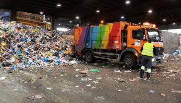 """""""Według szacunków organizacji samorządowych, wpływy do budżetu z tzw. opłaty recyklingowej wyniosą około 2 mld zł rocznie"""" (fot. PAP/Grzegorz Michałowski)"""