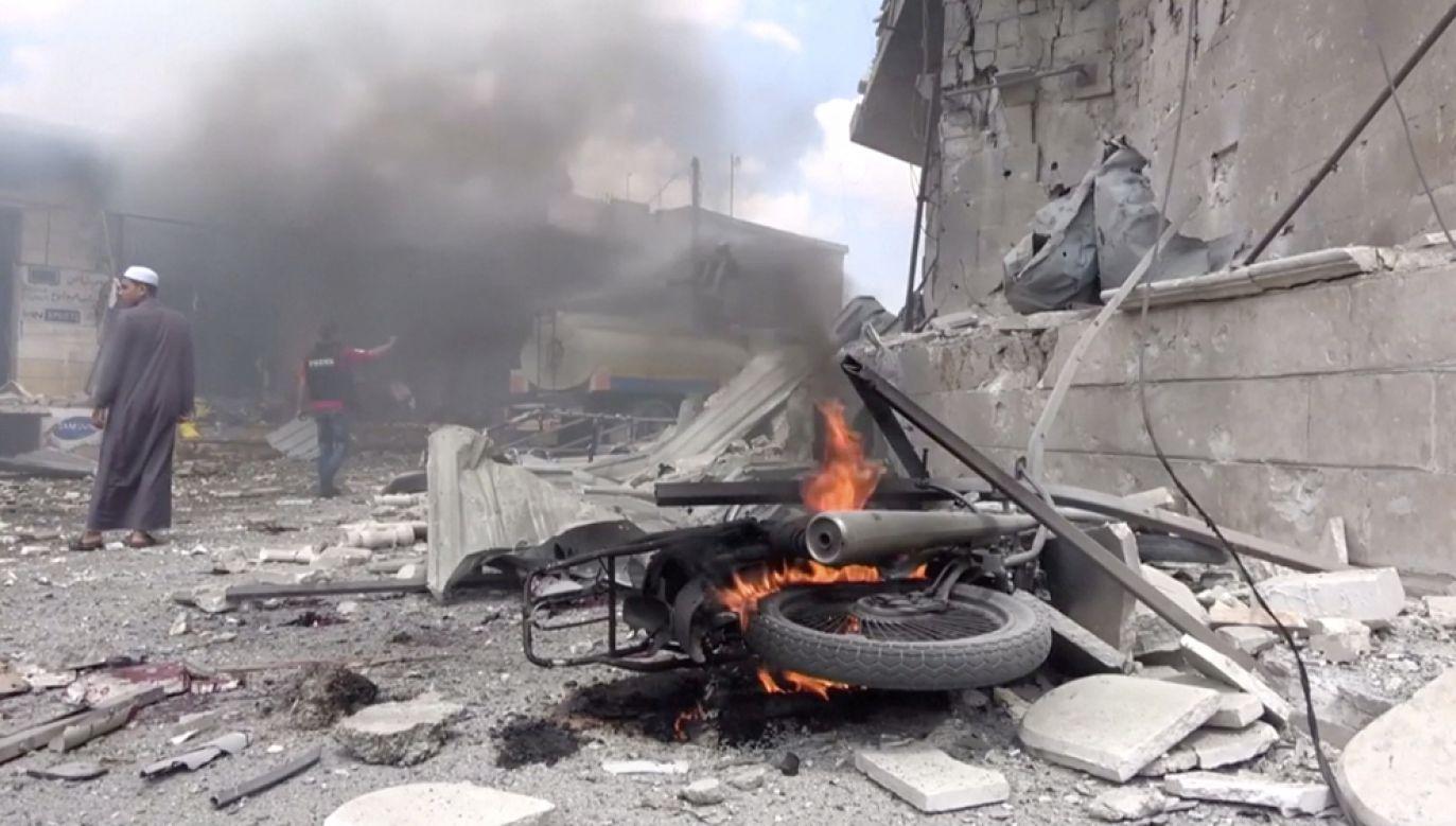 Według Syryjskiego Obserwatorium Praw Człowieka w nalotach rannych zostało około 30 osób (fot. White Helmets/social media via REUTERS)