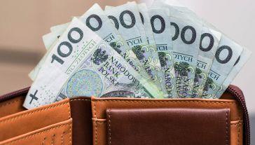 Przeciętne miesięczne wynagrodzenie o 6,2 procent wyższe niż przed rokiem (fot. Shutterstock/im_coco)