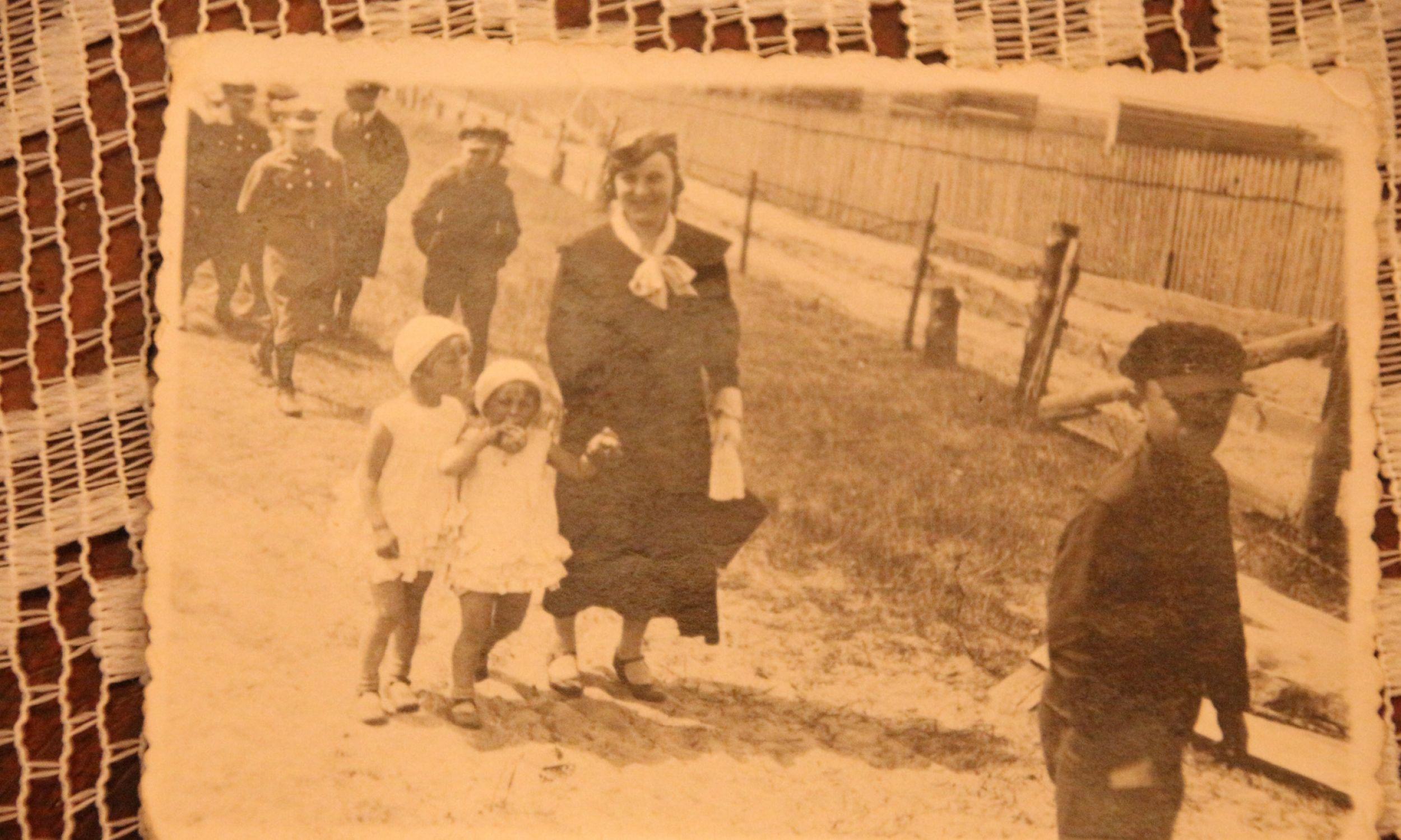 Rok 1937. Anna Gorodziejko z córkami Zosią i Marysią wraca z kościoła w Świętej Woli. Fot. Archiwum prywatne