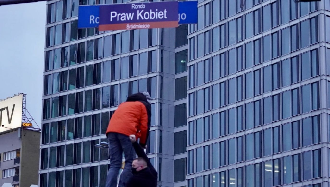 Protestującym feministkom przeszkadza jeden z ojców niepodległości (fot. portal tvp.info/R. Poszwiński)
