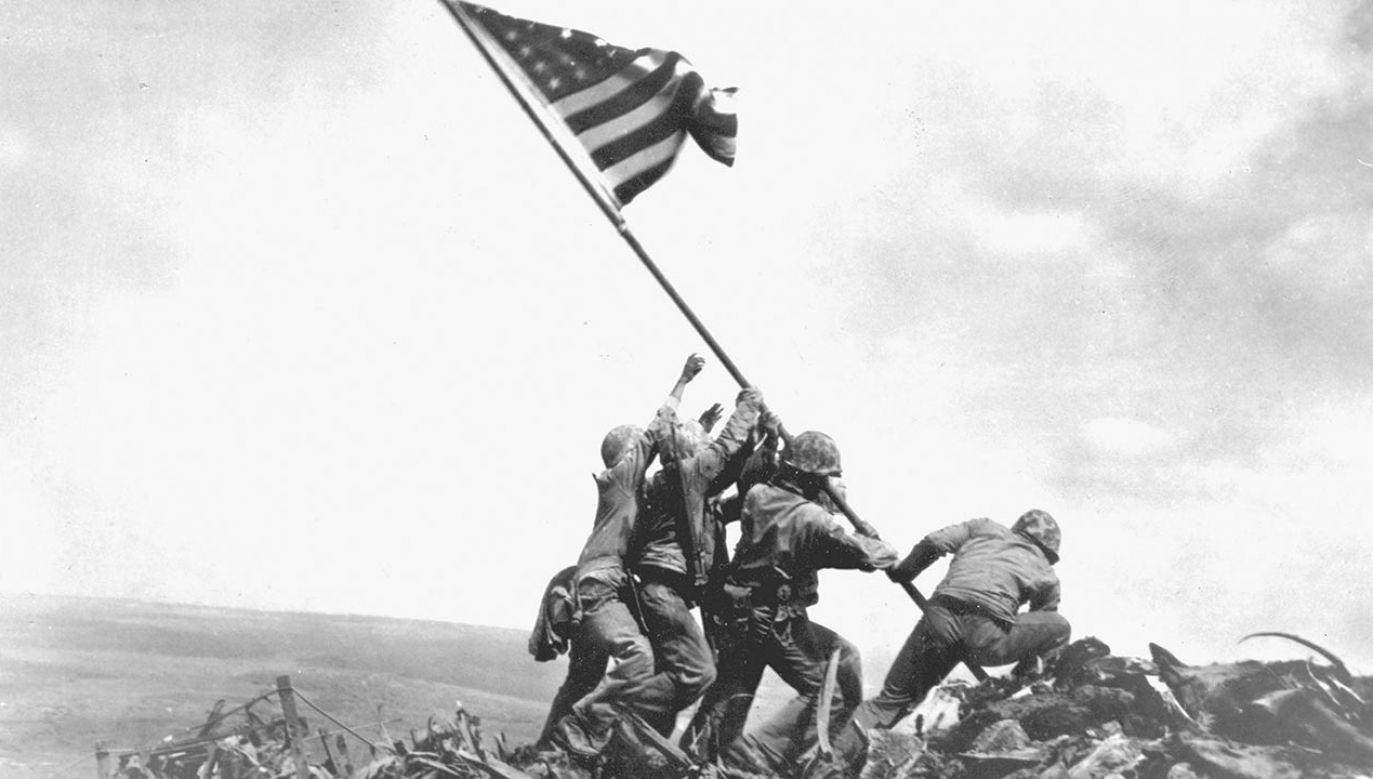 Flaga była umieszczana na wierzchołku góry Suribachi dwukrotnie (fot. Joe Rosenthal/Photo 12/Universal Images Group via Getty Images)
