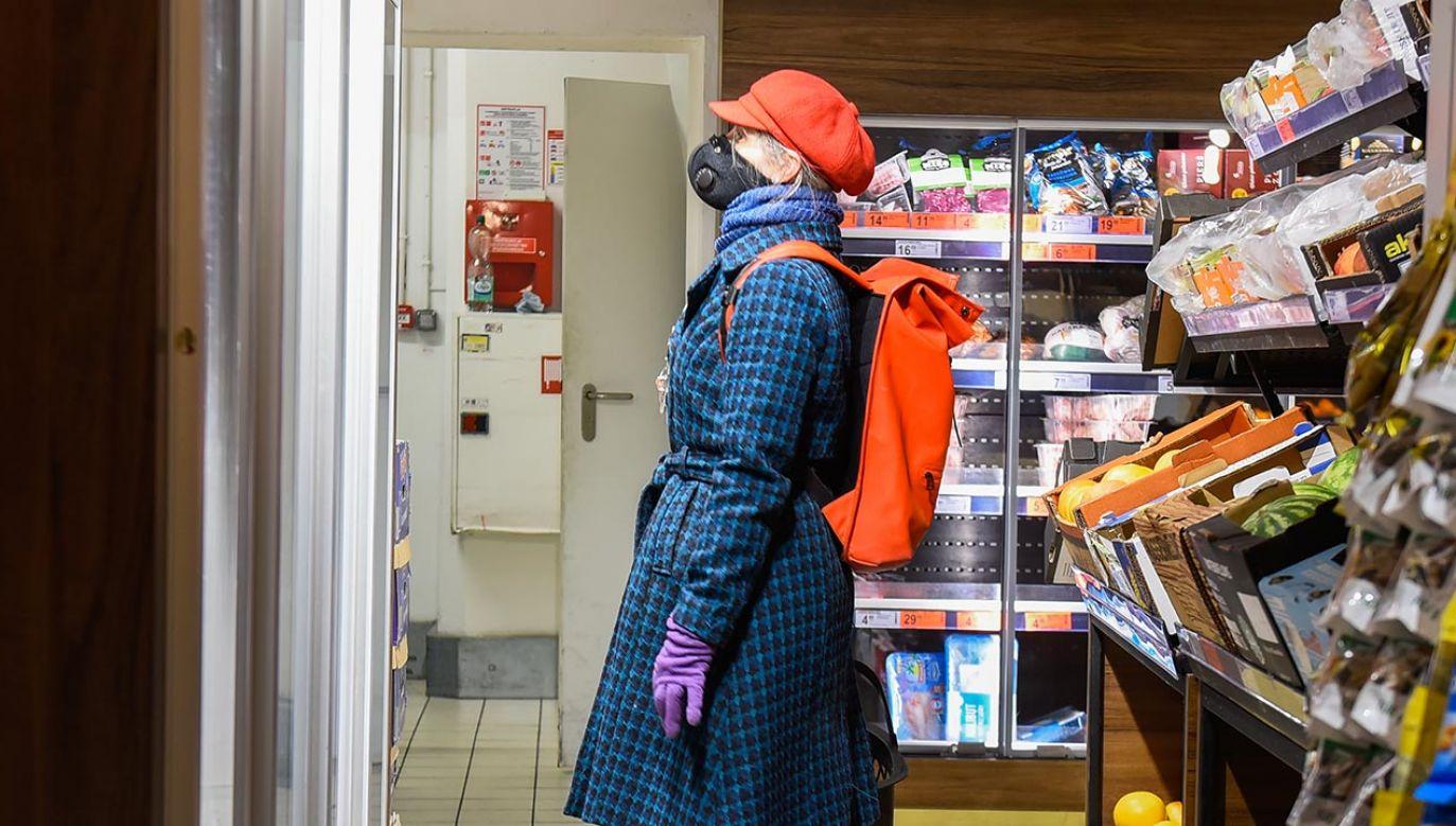 Wnuczek kobiety przekazał mundurowym informację, że babcia poszła do piwnicy (fot. Omar Marques/Getty Images)