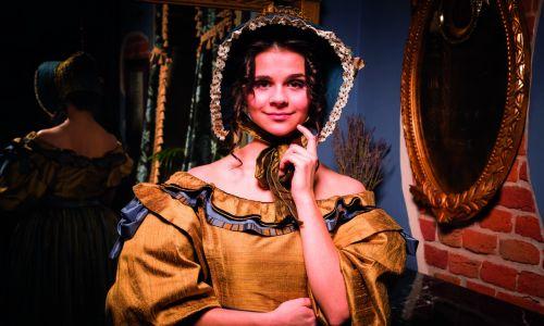 Odrzuciły założenia m.in. mody czasów Empire-Biedermeier. z końca XVIII i pierwszej połowy XIX wieku. Na zdjęciu suknia damska, przełom lat 20. i 30. XIX wieku. Fot. Archiwum Fundacji Nomina Rosae