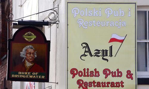 """Pub """"The Duke of Devonshire"""" w Crewe w Anglii, gdzie żyje duża społeczność Polaków, 1 kwietnia 2008 roku stał się polskim pubem i restauracją o nazwie """"Azyl"""". Tego dnia ówczesny brytyjski premier Gordon Brown odpowiedział na raport komisji House of Lords, że rekordowa imigracja miała """"niewielki lub żaden"""" wpływ na dobrobyt ekonomiczny Brytyjczyków. Przekonywał, że jest odwrotnie – jest ona dobra dla państwa – i odrzucił sugestie, by ograniczyć imigrację. Fot. Christopher Furlong /Getty Images"""