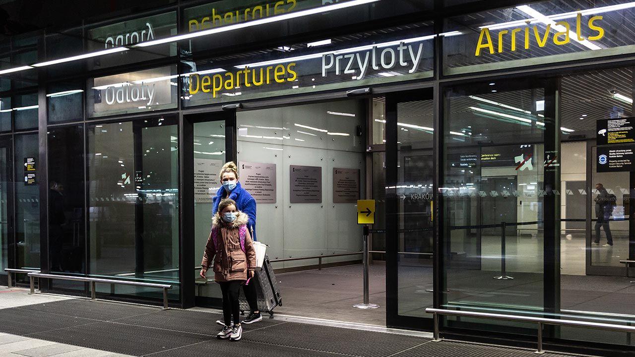 Dotąd obowiązywała 10-dniowa kwarantanna dla przyjeżdzających transportem zbiorowym (fot. Dominika Zarzycka/NurPhoto via Getty Images)