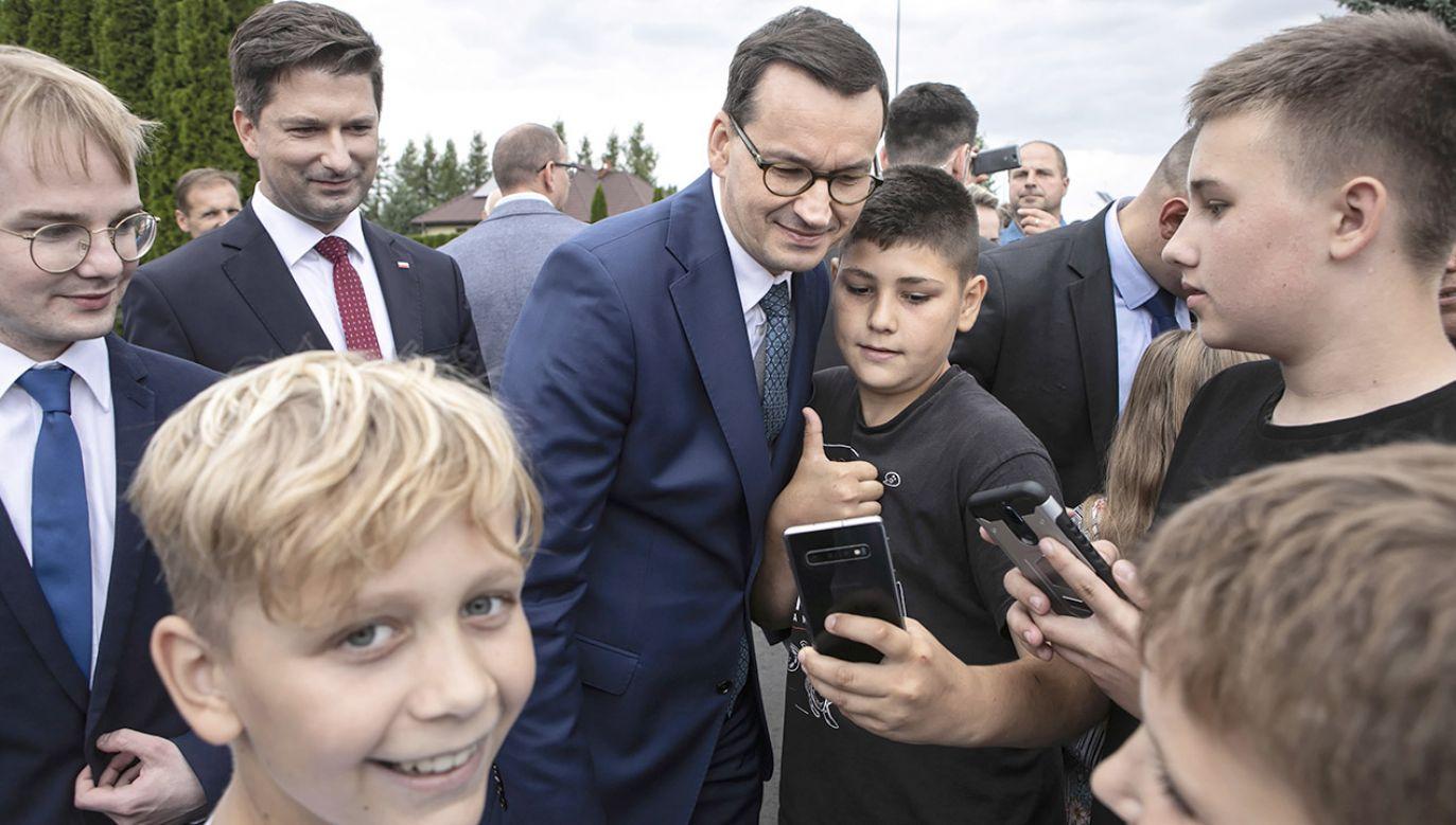 Premier Morawiecki otworzył przebudowaną drogę lokalną w Tomaszowicach (fot. PAP/Jacek Szydłowski)