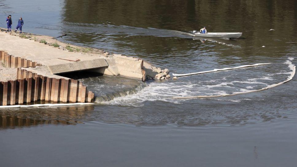 Bypass ułożony na moście pontonowym może funkcjonować jedynie do końca listopada (fot. PAP/Tomasz Gzell)