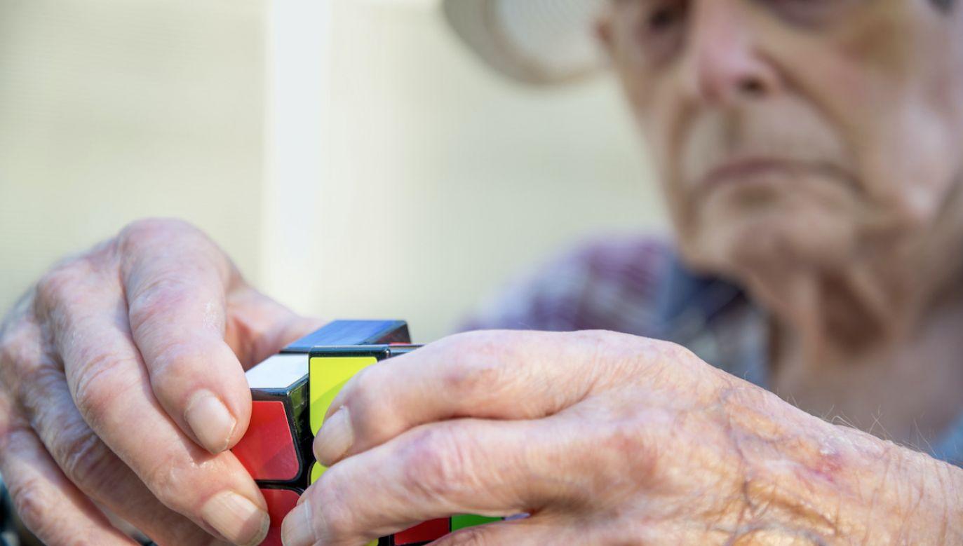 """Pierwszy w kolejce po """"kartę seniora"""" stoi na ogół nasz mózg (fot. Shutterstock/Neil Bussey)"""