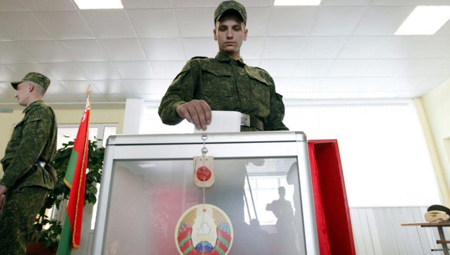"""Studentów czy urzędników administracji publicznej """"zachęca się"""", by wzięli udział w przedterminowym głosowaniu jak żołnierze (fot. PAP/EPA/TATYANA ZENKOVICH)"""