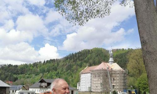 Poeta na tle swego muszyńskiego kościoła. Maj 2021. Fot. Jacek i Grażyna Kruk
