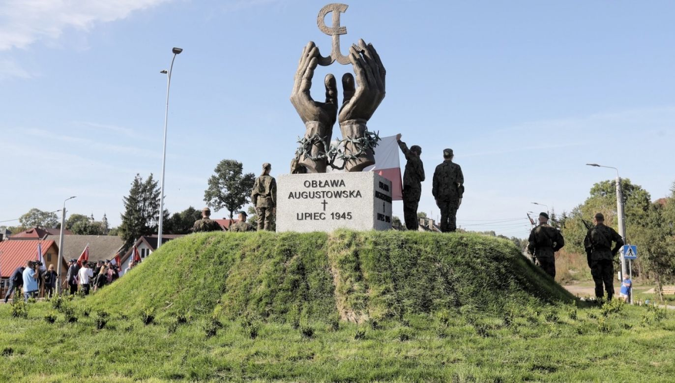 Takie same pomniki odsłonięto wcześniej również w Suwałkach i Augustowie (fot. PAP/Artur Reszko)