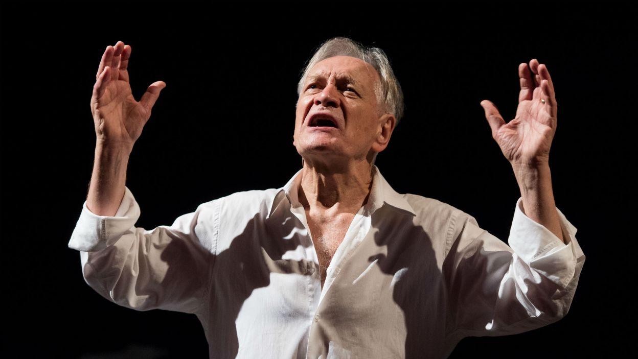 """Fragment """"Hamleta"""", czyli słynny monolog (""""Być albo nie być"""") pojawił się także w spektaklu Andrzeja Seweryna """"Szekspir Forever!"""" (fot. TVP)"""