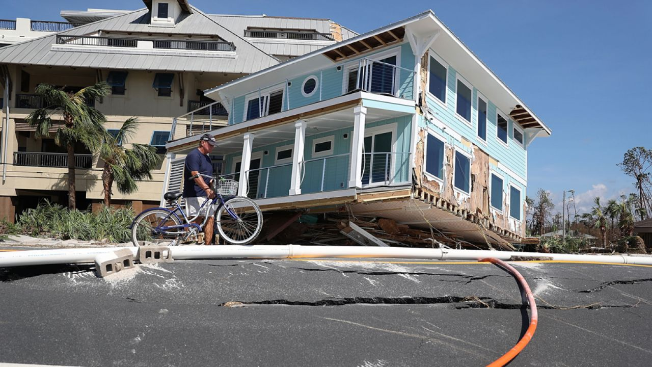 Huragan zniszczył wiele domów, niektóre z nich zostały dosłownie rozerwane na części (fot. Joe Raedle/Getty Images)