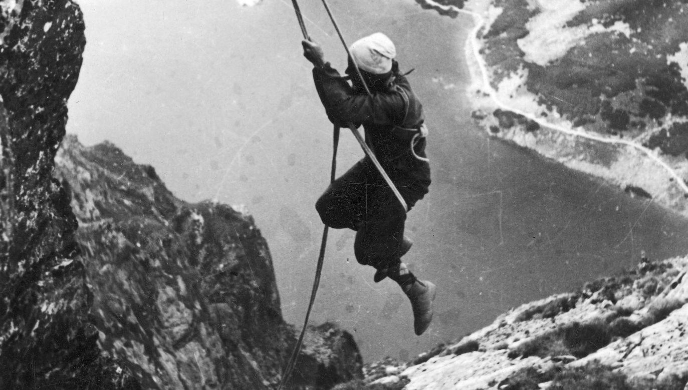 Taternik podczas wspinaczki na wschodnią ścianę Kościelca w Tatrach. W dole widać Czarny Staw Gąsienicowy. 1939 r. Fot. NAC/IKC, sygn. 1-S-3381-2