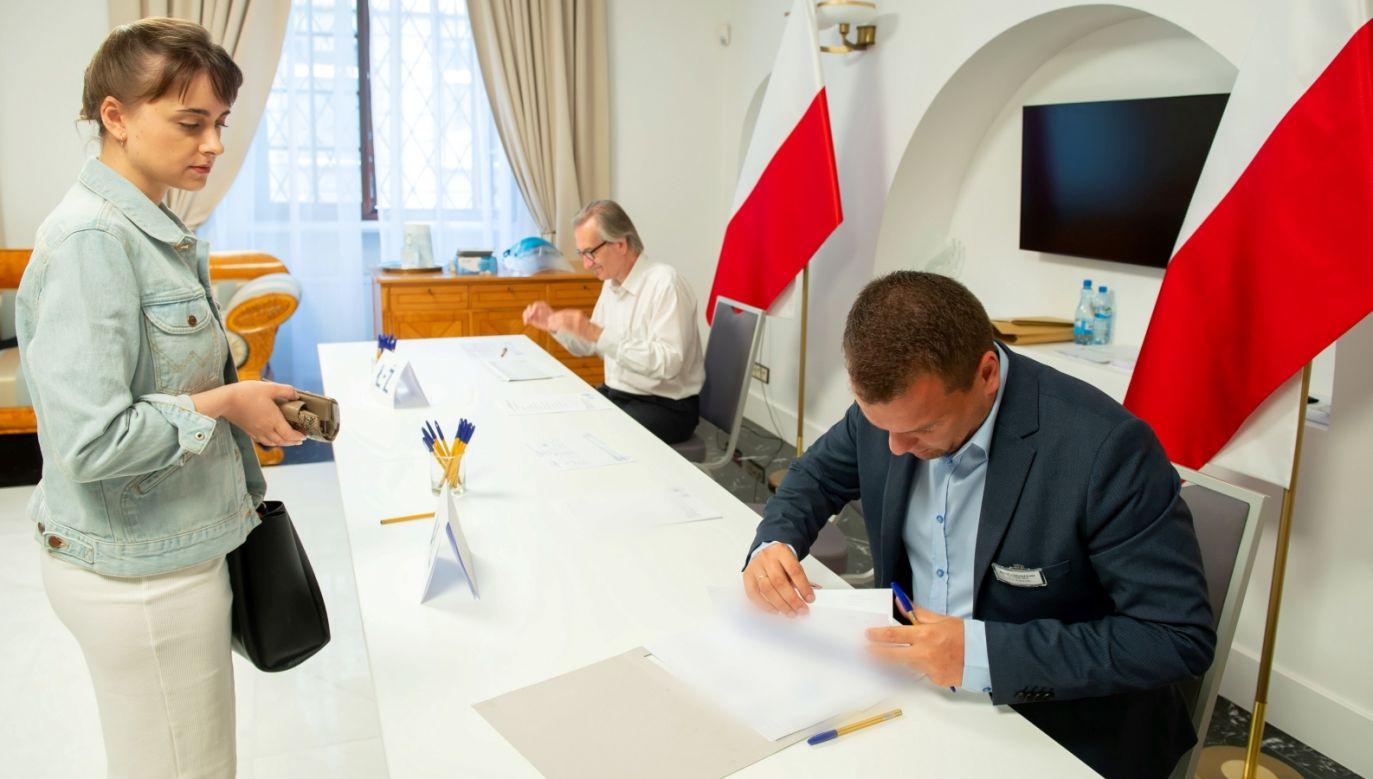 Głosowanie w Ambasadzie Rzeczypospolitej Polskiej w Wilnie w I turze wyborów prezydenckich ( fot. PAP/Valdemar Doveiko) ( fot. PAP/Valdemar Doveiko)