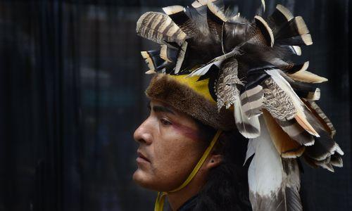 Mężczyzna z plemienia Apaczy Mescalero w czasie dorocznych targów tradycyjnych indiańskich strojów w Santa Fe w Nowym Meksyku. Fot.  Robert Alexander/Getty Images