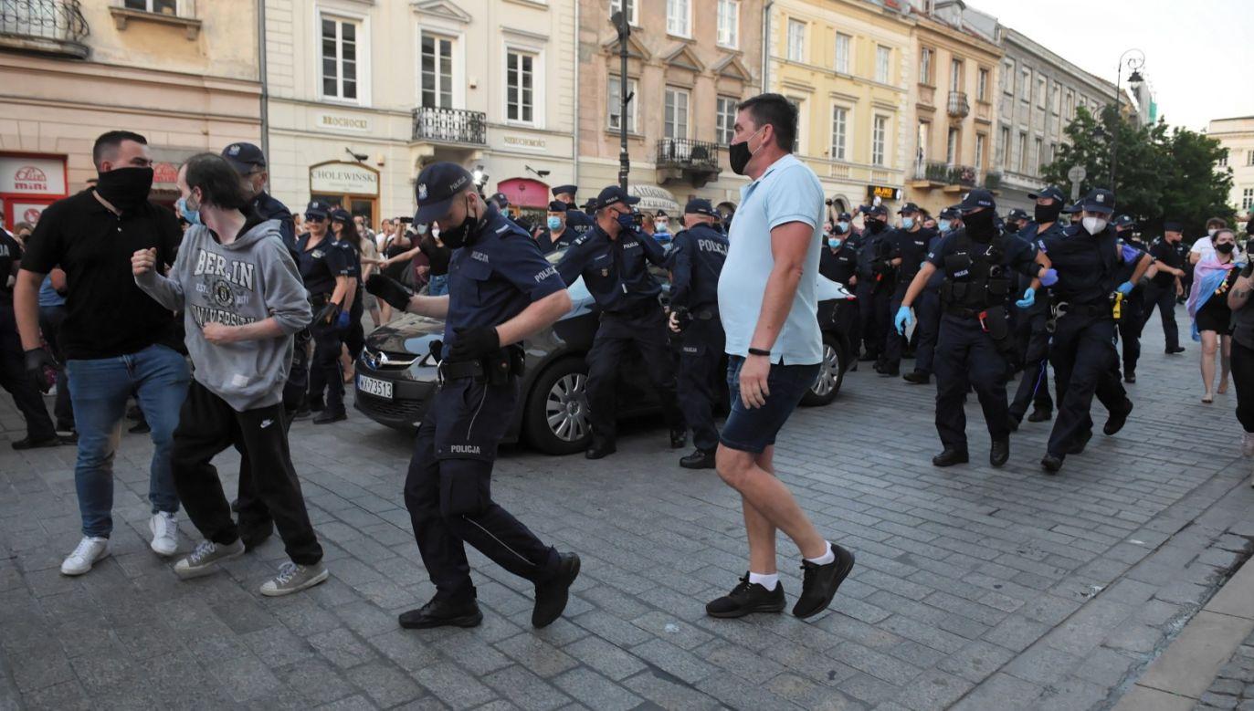 Wobec najbardziej agresywnych osób podejmowane są interwencje – podaje policja (fot. PAP/Radek Pietruszka)