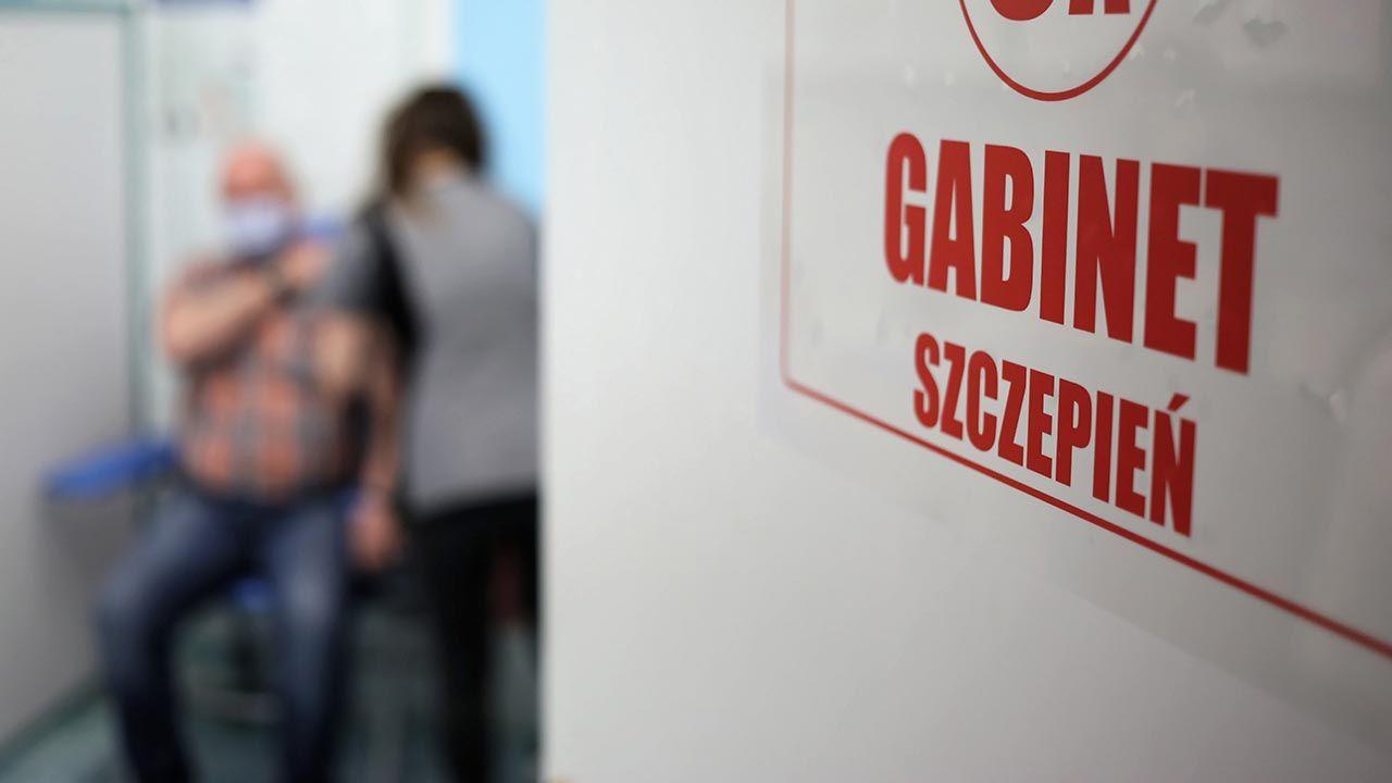 Polscy pacjenci otrzymują cztery szczepionki przeciw COVID-19 (fot.  PAP/Leszek Szymański)