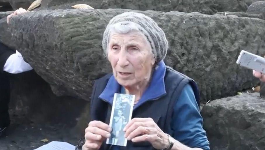 Pani Hoffman po latach przyjechała na teren dawnego obozu Auschwitz-Birkenau (fot. YouTube)