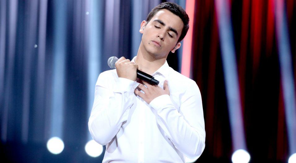 """Sargis Davtyan ma 17 lat i z pochodzenia jest Ormianinem. Większość życia spędził jednak w Jaworznie. Jego krystaliczny głos i dojrzałość została doceniona wielkimi brawami przez publiczność zgromadzoną w opolskim amfiteatrze. Czy piosenka """"Powiedz""""  spodobała się również telewidzom? (fot. TVP/Jan Bogacz)"""
