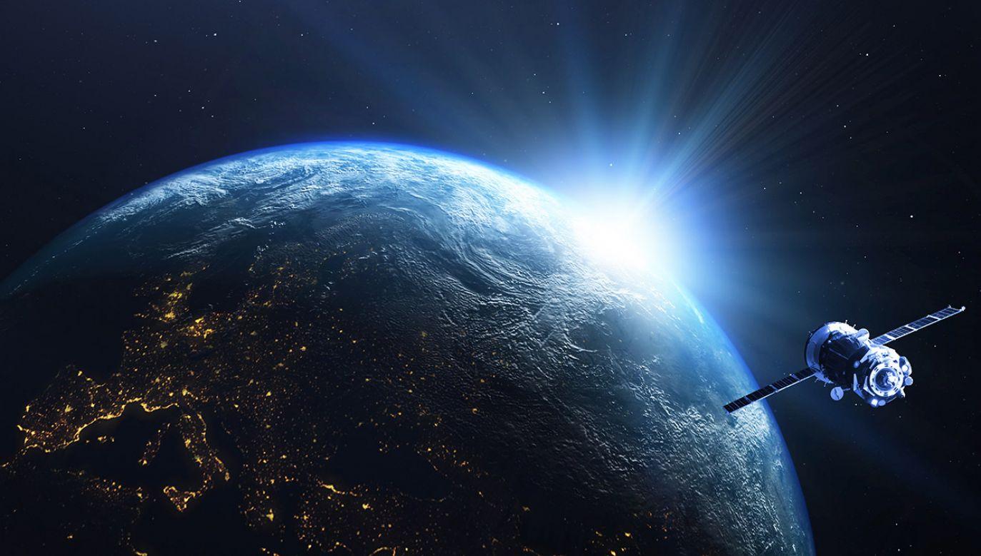 Każdy satelita kontrolowany jest z Ziemi za pomocą specjalnego oprogramowania i infrastruktury naziemnej fot. Shutterstock/wgraphiks)