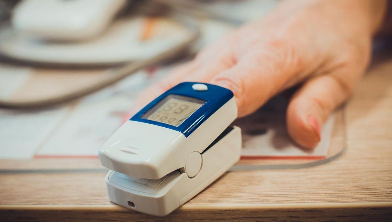 Pacjenci będą mogli  zmierzyć tętno i poziom nasycenia krwi tlenem (fot. Shutterstock/Aleksandra Ignateva)