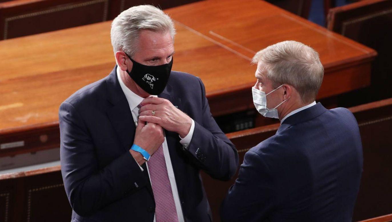 Przywódca republikańskiej mniejszości w Izbie Reprezentantów Kongresu USA Kevin McCarthy (z lewej; PAP/EPA/MICHAEL REYNOLDS / POOL)