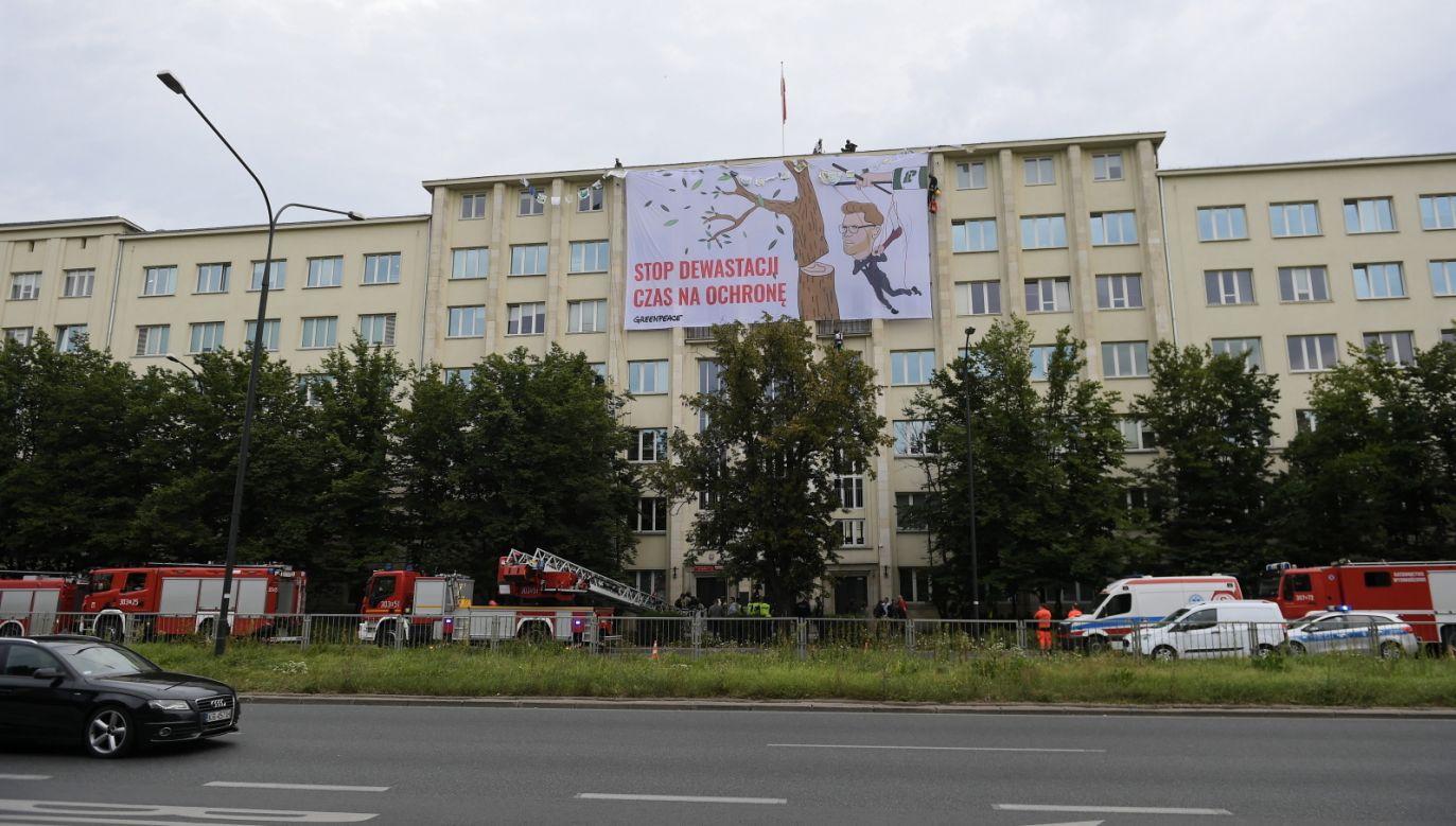 Akcja Greenpeace w Warszawie. Interweniowała policja (fot. PAP/Marcin Obara)
