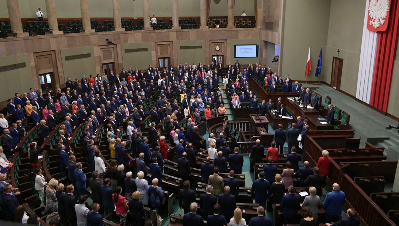 Posłowie na sali obrad Sejmu (fot. PAP/Marcin Obara)