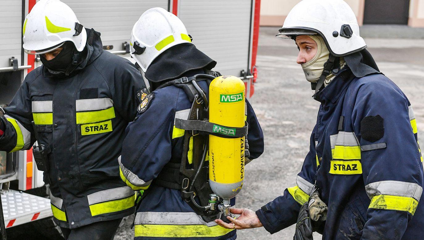 Trwa dogaszanie pożaru (fot. PAP/Wojtek Jargiło; zdjęcie ilustracyjne)