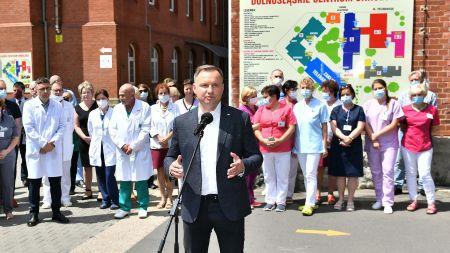 Prezydent Andrzej Duda na dziedzińcu Dolnośląskiego Centrum Onkologii we Wrocławiu (fot.PAP/Maciej Kulczyński)