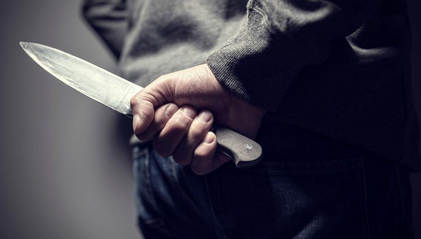 Mężczyzna napadł na sprzedawcę i ranił go nożem (fot. Shuttrstock/Brian A Jackson)