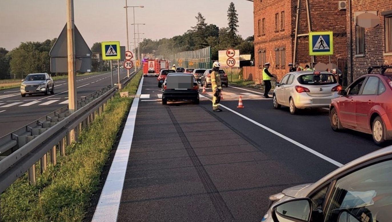 Mężczyzna jadąc bmw uderzył w inny samochód, popychając go na przejście dla pieszych (fot. Policja śląska)