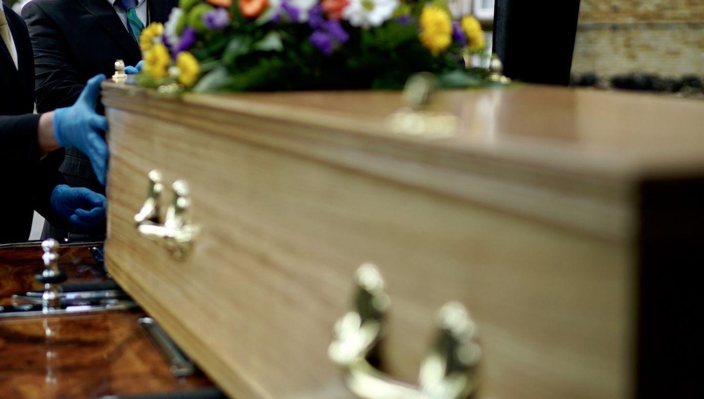 Sanepid zaapelował do uczestników pogrzebu, którzy mieli kontakt z zarażonymi, o zgłoszenie się i wykonanie badań (fot. Christopher Furlong/Getty Images, zdjęcie ilustracyjne)