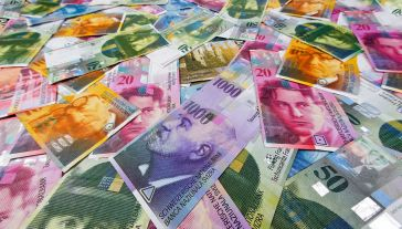 Za bezpieczne uznawane są amerykańskie dolary, japońskie jeny oraz szwajcarskie franki (fot. Wodicka/ullstein bild via Getty Images)