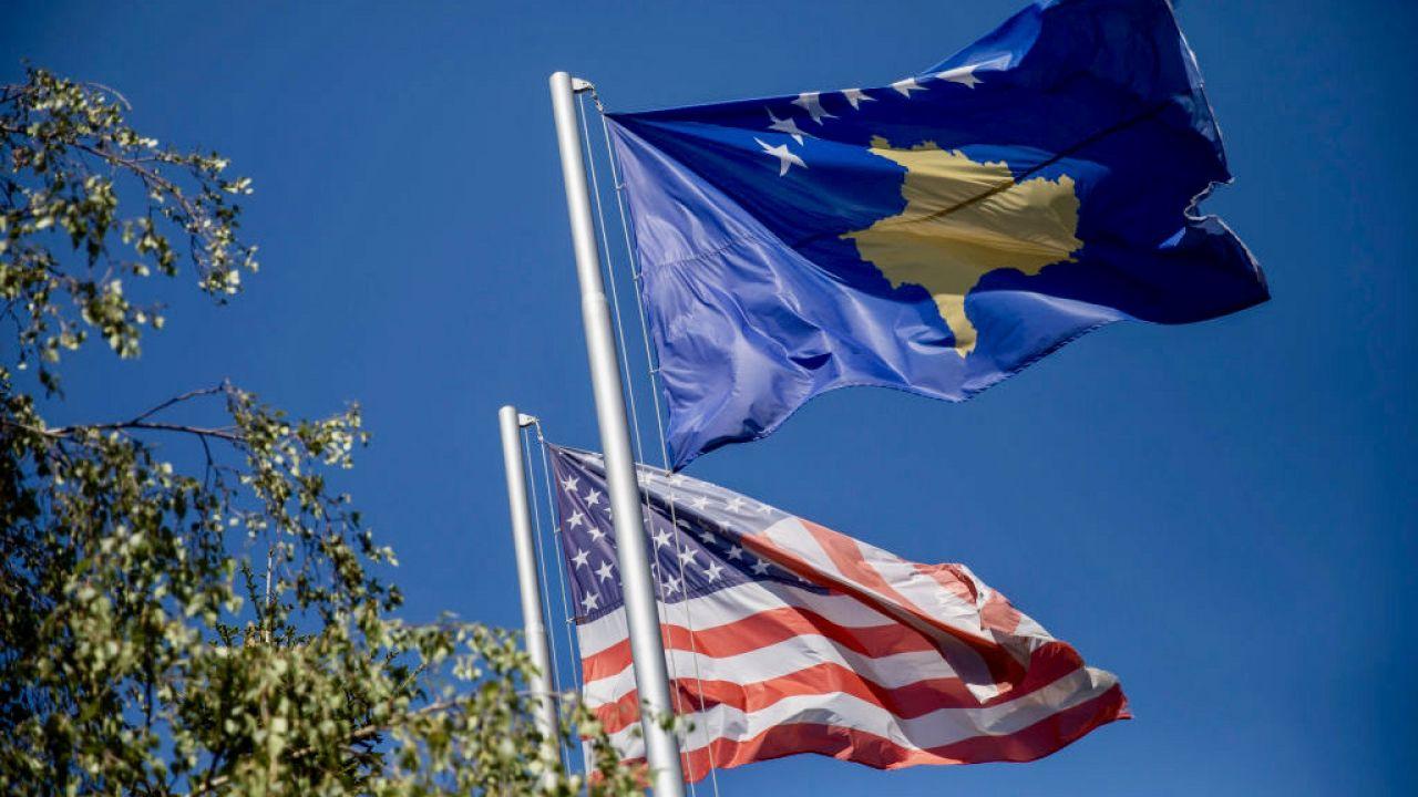 W czasie konferencji widoczna była flaga Kosowa (fot. Ferdi Limani/Getty Images)