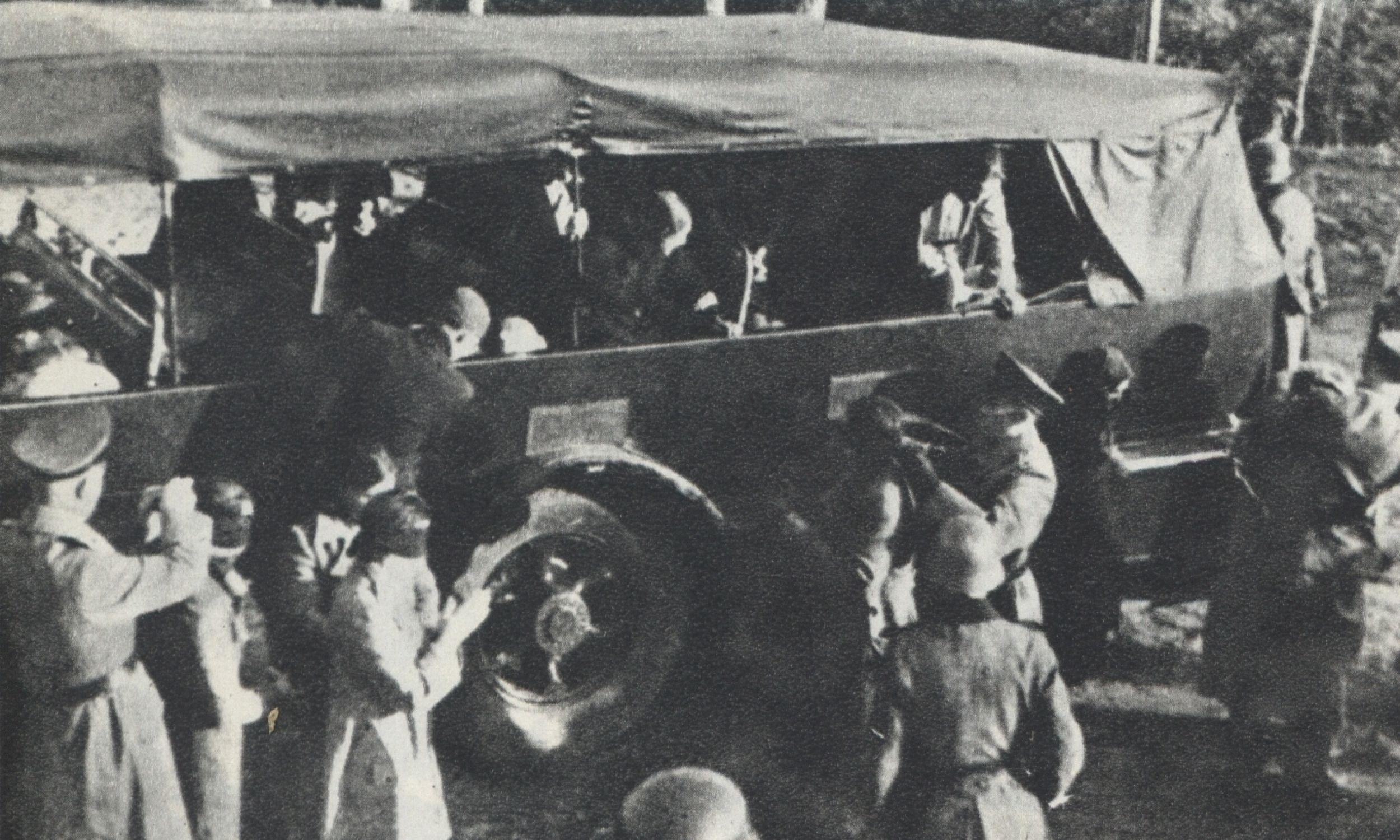 Skazańców przywożono na miejsce straceń samochodami ciężarowymi – najczęściej z Pawiaka. Zawiązywano im oczy.Fot. Wikimedia