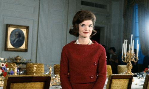 """Jacqueline Kennedy przed stołem w jadalni w Białym Domu podczas kręcenia programu CBS News Special pt. """"Wycieczka po Białym Domu z panią Johnową F. Kennedy"""", Waszyngto, 15 stycznia 1962 r. Fot. CBS Photo Archive / Getty Images"""