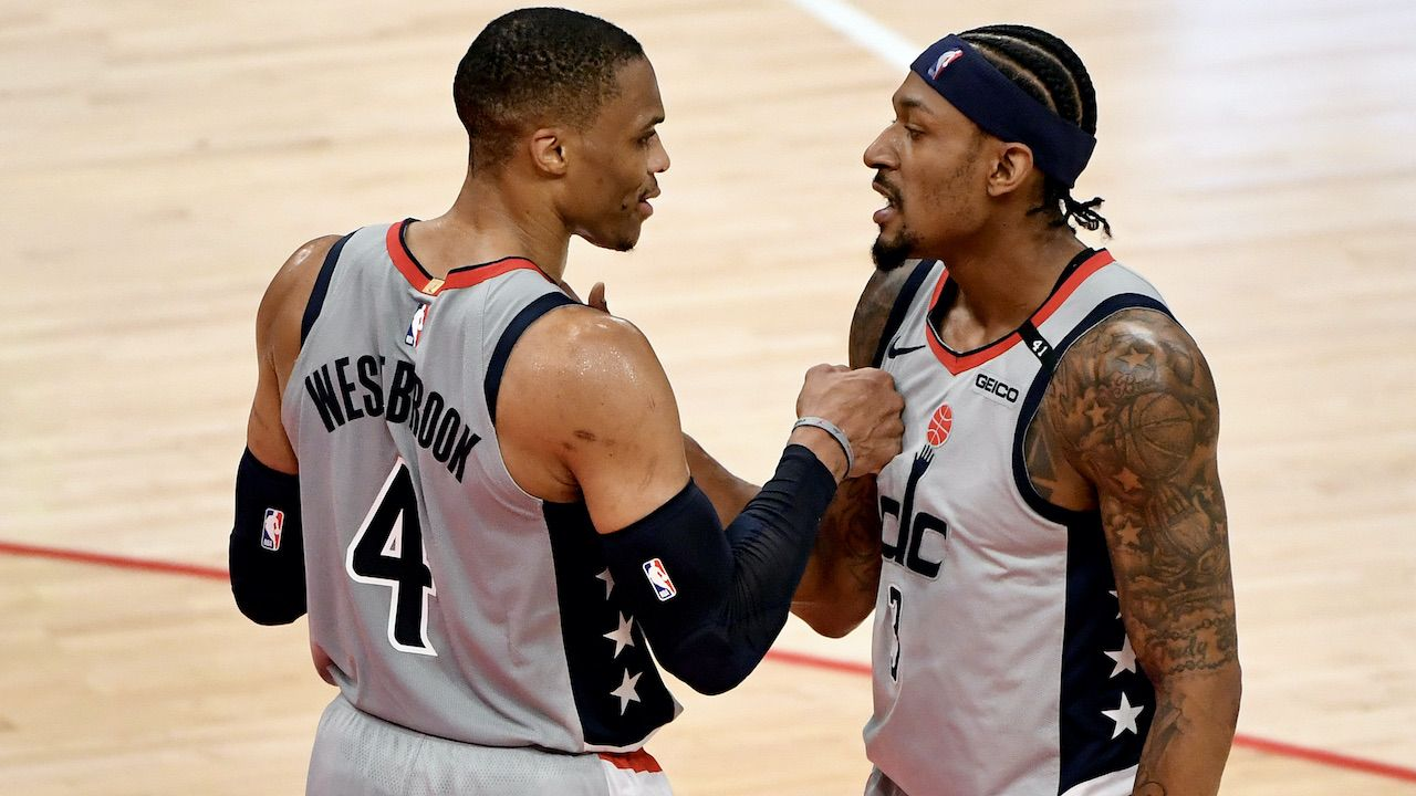 Russell Westbrook (L) dołączy do dwóch wielkich gwiazd w Los Angeles (fot. Getty Images)