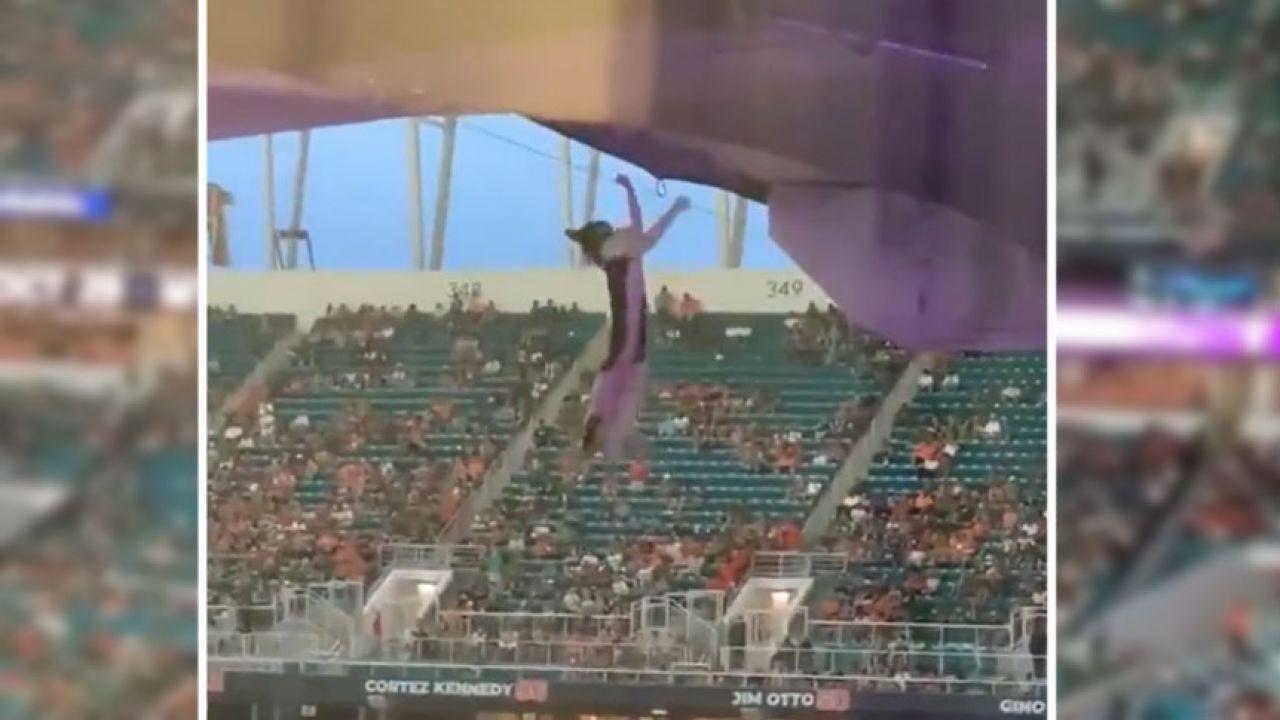 Kot wisiał nad trybunami stadionu w Miami (fot. Sky News)