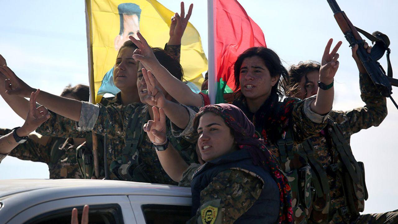Po sukcesach kurdyjskiej ofensywy udało się odbić z rąk fanatyków wiele niewolonych kobiet (fot. John Moore/Getty Images)