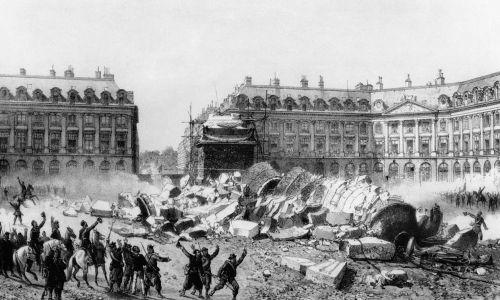 Zniszczenie przez komunardów kolumny na placu Vendôme, postawionej ku chwale napoleońskiego oręża i odlanej z armat zdobytych pod Austerlitz. 16 maja 1871 r. Fot. API / Gamma-Rapho via Getty Images