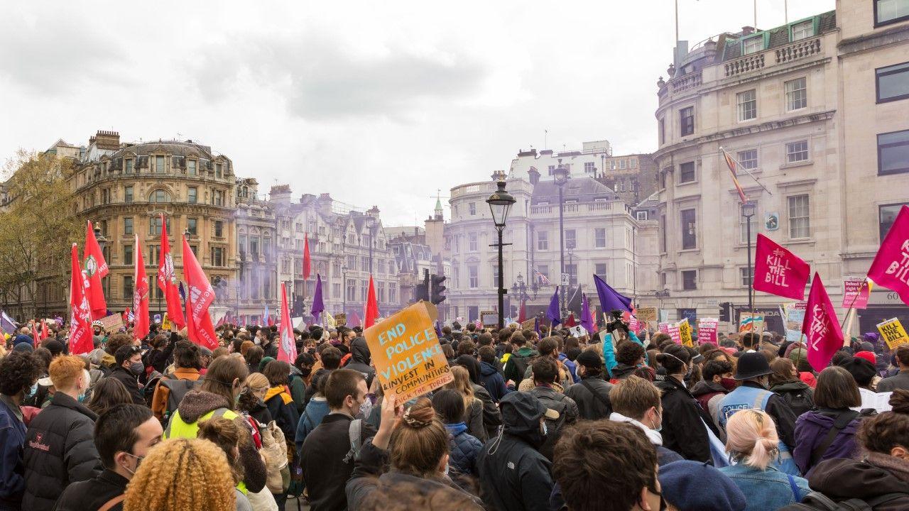 Demonstranci na Trafalgar Square (fot. Belinda Jiao/SOPA Images/LightRocket via Getty Images)