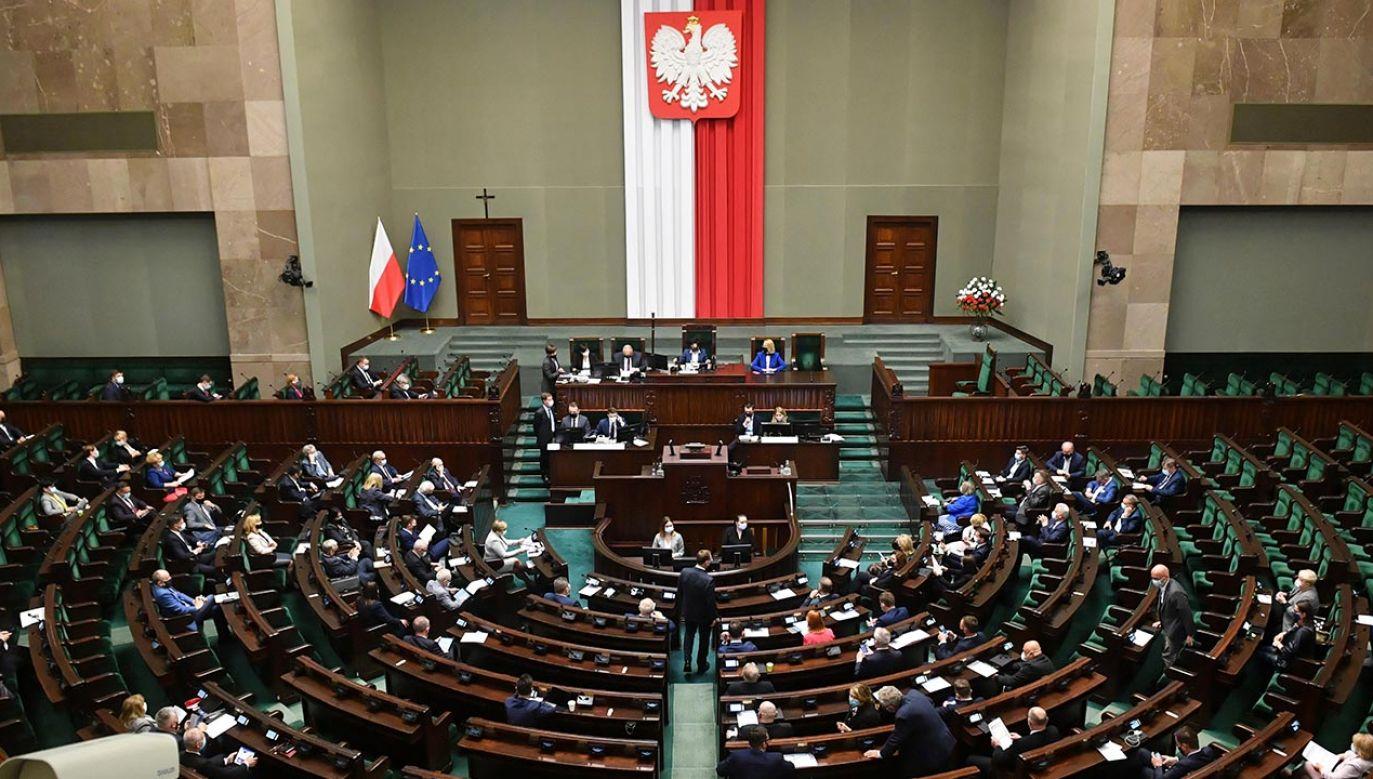 Jak dziś wyglądałby rozkład sił w parlamencie? (fot.  PAP/Radek Pietruszka)