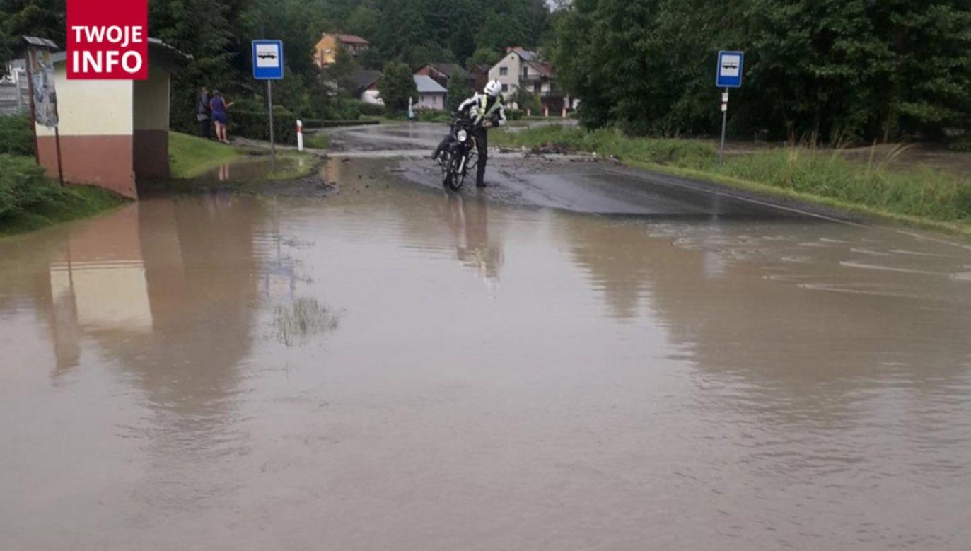 Woda momentalnie zalała pola, domy drogi oraz tory kolejowe (fot. Twoje Info)
