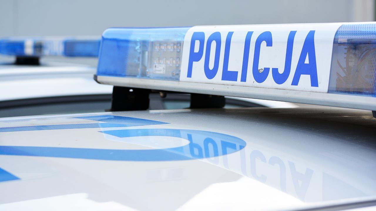 Kobieta uderzyła policjanta drzwiami (fot. Shutterstock/ DarSzach)