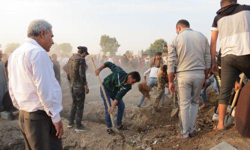 Mężczyźni w pośpiechu przystąpili do zakopywania ciał owiniętych w całuny. Fot. Witold Repetowicz