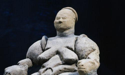 Bogini z Çatalhöyük siedząca na tronie, obok dwóch lampartów. Cywilizacja neolityczna, druga połowa 7. tysiąclecia p.n.e. Ankara, Anadolu Medeniyetler Muzesi (Muzeum Archeologiczne). Fot. DeAgostini / Getty Images